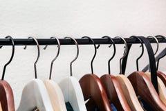 De kleren hangen op een plank Stock Afbeelding