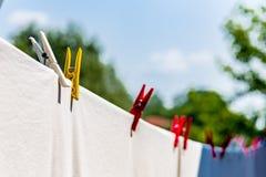 de kleren hingen uit om met pinnen te drogen royalty-vrije stock afbeelding