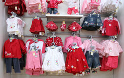 De kleren van babys in winkel Stock Foto