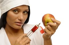 De kleren van de arts maken de injectie aan appl Stock Fotografie