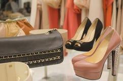 De kleren van de de detailhandelvertoning van de kleding voor verkoop Stock Foto