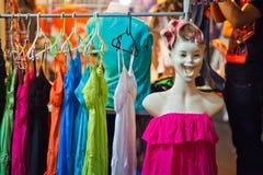 De kleren van de de nachtmarkt van Thailand Stock Fotografie