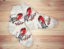 De kleren van de sokkenwinter op houten achtergrond Stock Foto