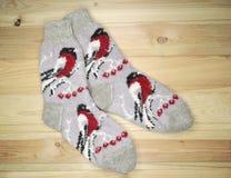 De kleren van de sokkenwinter op houten achtergrond Royalty-vrije Stock Foto