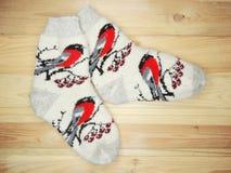 De kleren van de sokkenwinter op houten achtergrond Royalty-vrije Stock Foto's