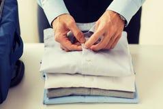De kleren van de zakenmanverpakking in reiszak Royalty-vrije Stock Afbeeldingen