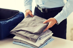 De kleren van de zakenmanverpakking in reiszak Stock Afbeeldingen