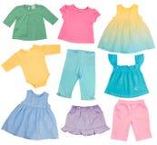 De kleren van het babymeisje op wit worden geïsoleerd dat. Stock Fotografie