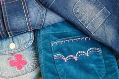 De kleren van het meisje met zakken Stock Afbeeldingen