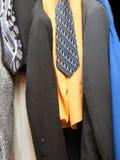 De kleren van mensen het hangen Royalty-vrije Stock Fotografie