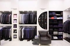 De kleren van modieuze mensen in winkel Stock Foto's