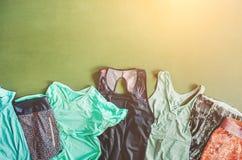 De kleren van de reeksensport zijn op de opleidingsmat royalty-vrije stock foto