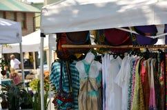 De kleren van vrouwen bij een openluchtwinkel stock foto