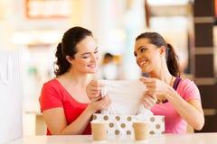 De kleren van vrouwen het winkelen Stock Foto