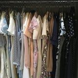 De kleren van de vrouwengarderobe stock afbeeldingen