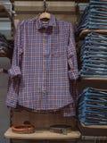 De kleren van winkeljeans Manierkleren op opslagplanken Toevallig CLO Stock Foto's