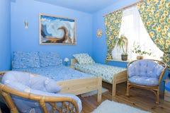 De kleur coördineerde blauwe slaapkamer Stock Foto's