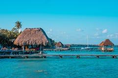 De kleur sorteerde beeld van een pijler met wolken en blauw water in Laguna Bacalar, Chetumal, Quintana Roo, Mexico stock afbeelding