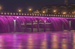 De kleur van het water om de brug te verfraaien Stock Foto