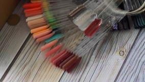 De kleur van Pools voor manicure Ontwerp voor Spijkers meetapparatennagellak stock videobeelden