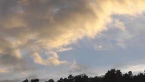 De kleur van wolken bij zonsondergang stock video
