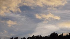 De kleur van wolken bij zonsondergang stock footage
