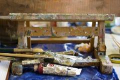 De kleuren en de Borstels van de schildersezel Royalty-vrije Stock Foto