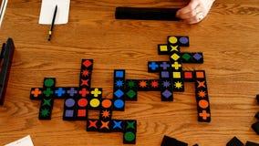De kleuren en de vormen op tegels in rijen worden geplaatst worden gespeeld in deze spel in time tijdspanne die stock videobeelden