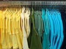 De kleuren katoenen van de kleurengradiënt harken de heldere kleren van de de manierwinkel van de kastgarderobe de kleinhandelsi royalty-vrije stock foto's