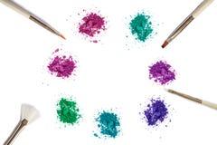 De kleuren maken omhoog oogschaduw en borstel op wit stock fotografie