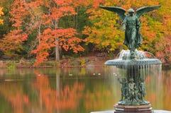 De kleuren van de daling bij Fontein Bethesda in Central Park. Stock Afbeeldingen