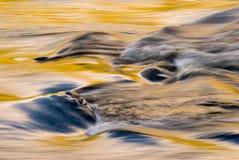 De kleuren van de daling bij het runnen van rivier Stock Afbeeldingen