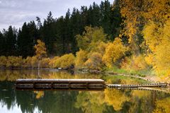 De kleuren van de daling door het meer. Stock Foto's