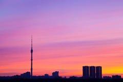 De kleuren van de zonsopgang onder stad Stock Foto's