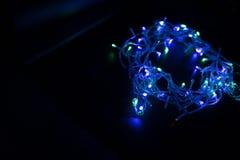 De kleuren van de lichten vlammen blauw op, groen, purper en of royalty-vrije stock afbeeldingen