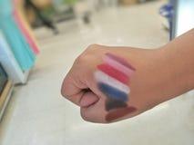 De kleuren van de testlippenstift alvorens u het koopt stock afbeelding