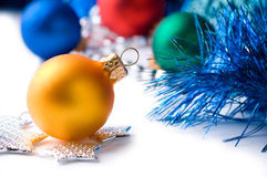 De kleurenballen van Kerstmis op het decor van Kerstmis Stock Foto's