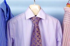 De kleurenOverhemd en Band van de mengeling op Hangers Stock Afbeelding