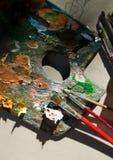 De kleurenpalet en borstels van de kunst stock afbeeldingen