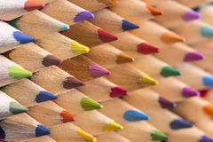 De kleurenpotloden stapelen zich dicht omhoog geschoten op Stock Fotografie