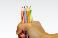De kleurenpotlood van de holding Stock Afbeelding