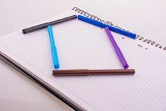 De kleurenviltpennen vormen een huisvorm Stock Foto's
