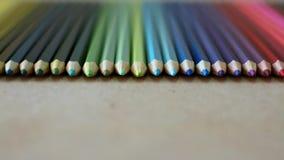 De kleurpotloden op houten textuur, sluiten omhoog lengte van kleurrijke potloden stock video