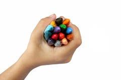 De kleurpotloden van de jongensholding Stock Foto's