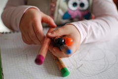 De kleurpotloden van de kindholding Royalty-vrije Stock Afbeelding