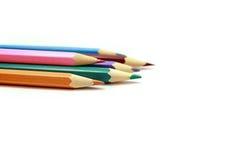 De kleurpotloden van het potlood op de witte achtergrond Royalty-vrije Stock Afbeeldingen