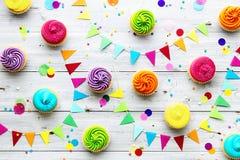 De kleurrijke achtergrond van de cupcakepartij stock foto's