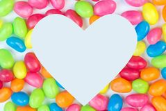 De kleurrijke achtergrond van de geleiboon met witte hart gestalte gegeven ruimte voor royalty-vrije stock foto's
