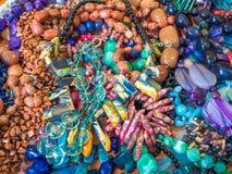 De kleurrijke achtergrond van de halfedelsteenhalsband Halfedelstenenparels stock afbeeldingen