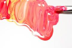 De kleurrijke advertenties van de spijkerlak, nagellak ploeteren op witte backgro Stock Afbeeldingen